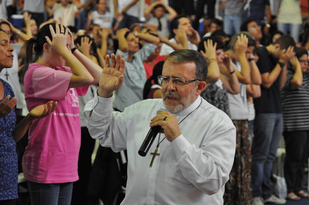 Ojciec João Henrique głosi konferencję.