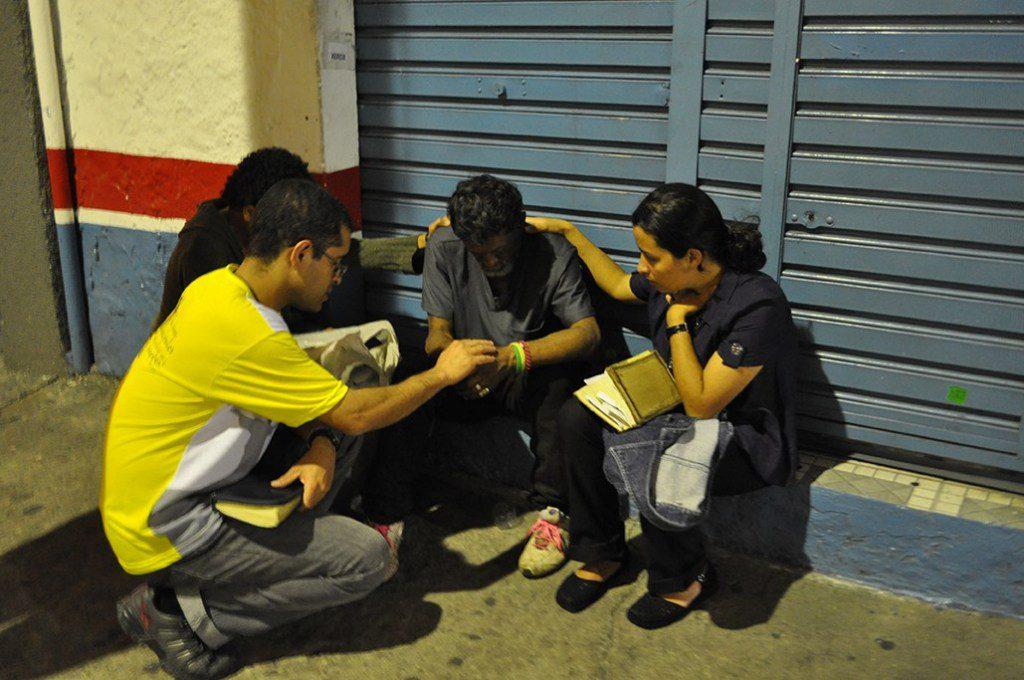 Misjonarze podchodzą bezdomnych.